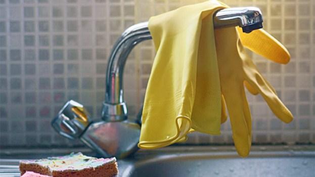 چگونه پوست شادابی داشته باشیم,دستکش هنگام شستشو