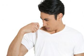 علت بدبویی عرق بدن و راه درمان آن