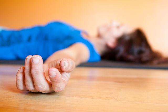 Corpse Pose با حرکات یوگا بر بیخوابی خود غلبه کنید