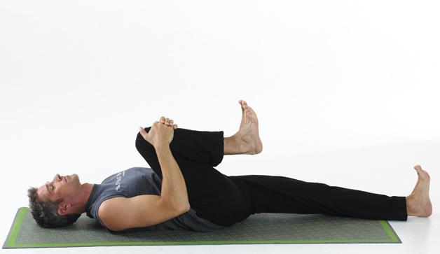 Knees to Chest Pose با حرکات یوگا بر بیخوابی خود غلبه کنید
