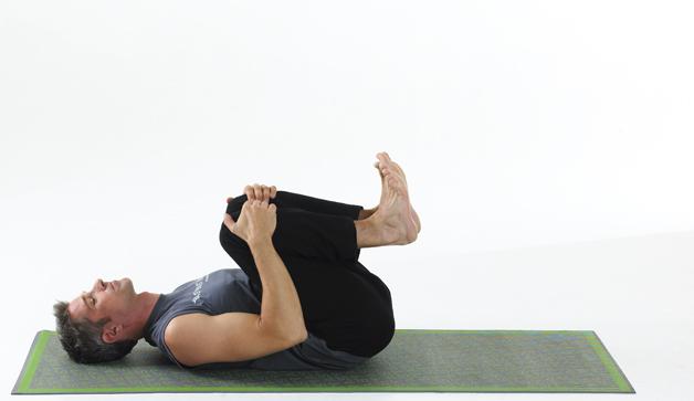 Knees to Chest Pose2 با حرکات یوگا بر بیخوابی خود غلبه کنید