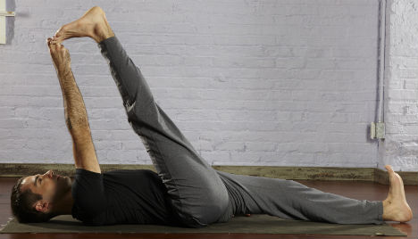 Reclining Big Toe Hold با حرکات یوگا بر بیخوابی خود غلبه کنید