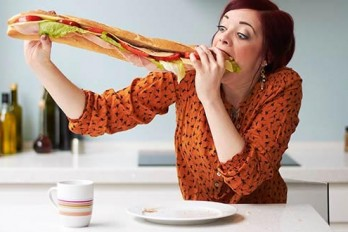 چرا پرخوری می کنیم؟ ۶ علت پرخوری