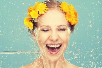 چگونه نوشیدن آب به کاهش وزن کمک میکند