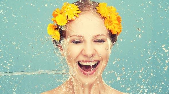 woman getting splashed with water تاثیر نوشیدن آب برای لاغری و کاهش وزن سلامت