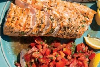 ماهی قزل آلای کبابی با گوجه فرنگی و ریحان