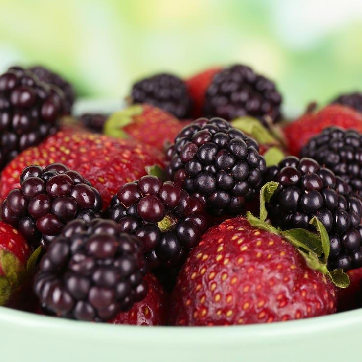 strawberries blackberries 740 غذاهای درمان آفتاب سوختگی   10 خوراکی بهبود آفتاب سوختگی شدید سلامت