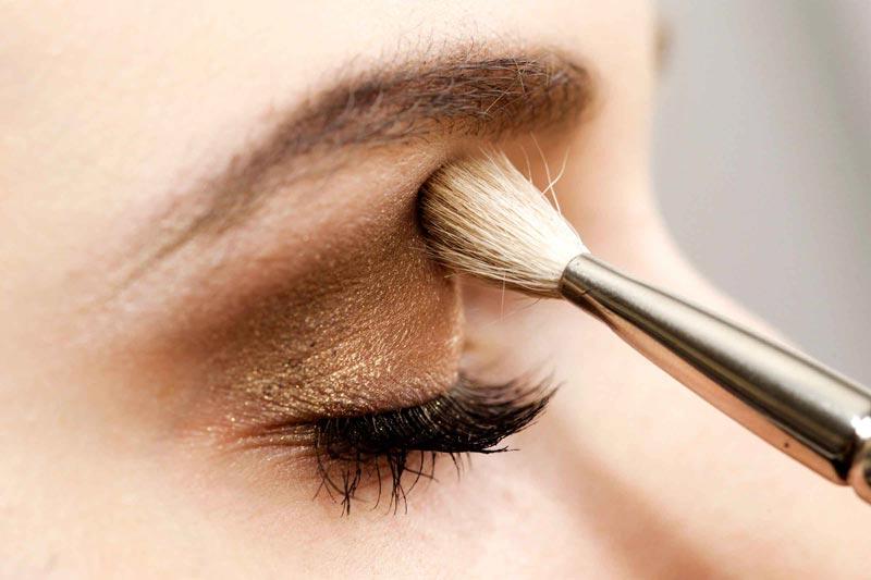 اشتباهات رایج آرایشی,03-makeup-look-older-skipping-eyebrows