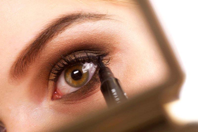 اشتباهات رایج آرایشی,05-makeup-look-older-line-eyes