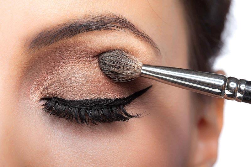 اشتباهات رایج آرایشی,10-makeup-look-older-shimmer-eyeshadow