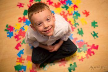 علائم اوتیسم در کودکان و بزرگسالان