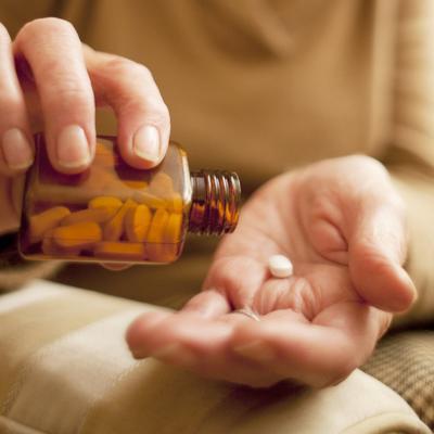 روش های درمان بیماری آلزایمر,Taking medication