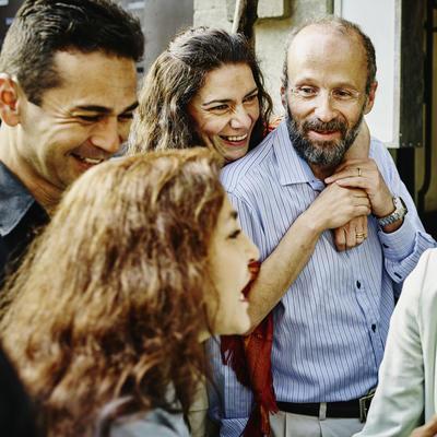 روش های درمان بیماری آلزایمر,Family talking and laughing during party