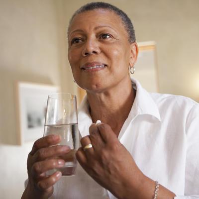 روش های درمان بیماری آلزایمر,senior African-American woman looking in mirror