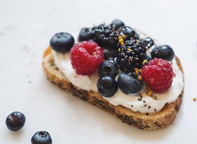 ماست برای لاغری,berry-yogurt-toast