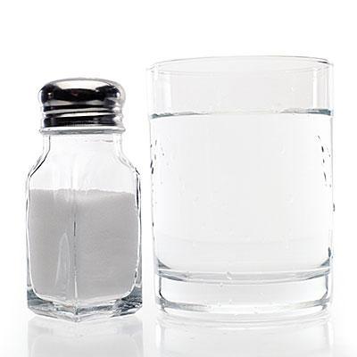 پیشگیری از سرماخوردگی و آنفولانزا,gargle-salt-water-400x400