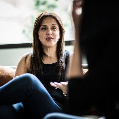 روش های درمان بیماری آلزایمر,woman talking on couch