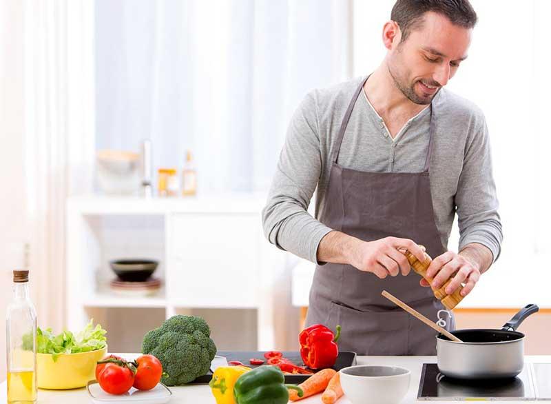ورزش برای آب کردن چربی پشت کمر,man-cooking-in-kitchen
