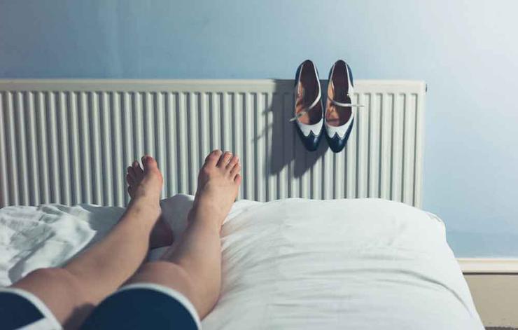 علت ورم پاها,دلیل تورم پا چیست,shutterstock_277148273-shoestoosmall-lolostock