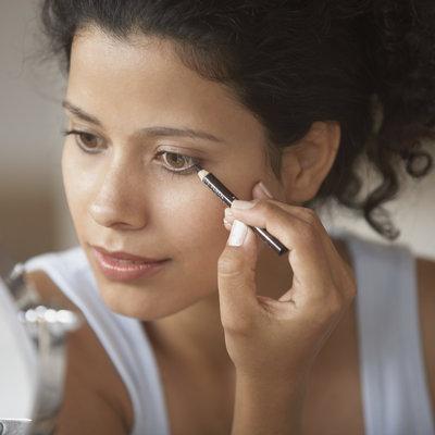 مراقبت از سلامت چشم,Woman putting on make-up