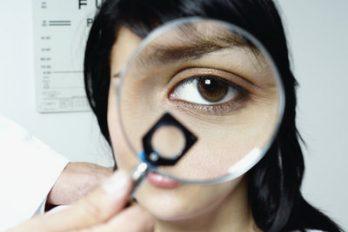 ۸ اشتباه رایج روزانه که سلامت چشم را به خطر می اندازد!