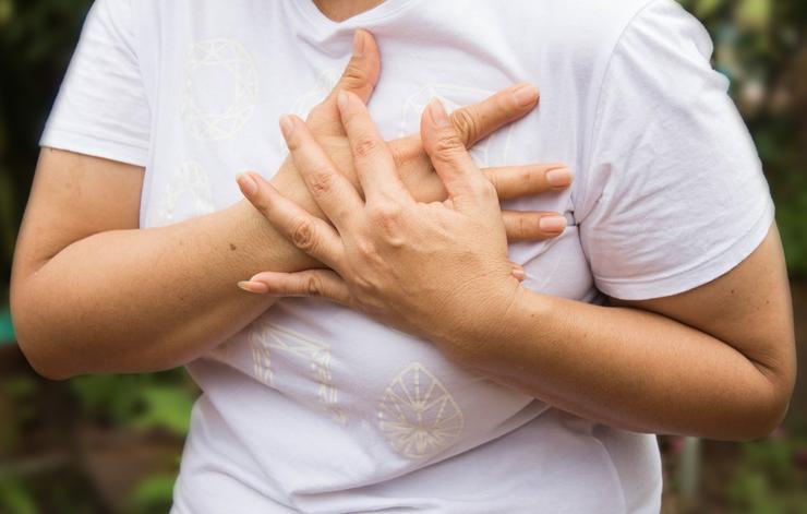 علائم وجود لخته خون,shutterstock_429268180-chest-pain-benjamas11