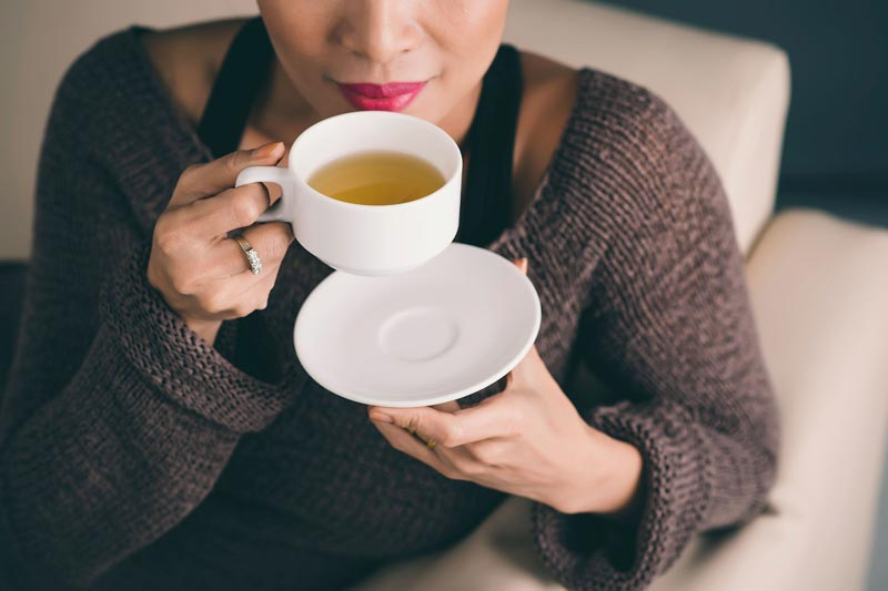 آلرژی فصلی,04-prevent-allergies-woman-tea-cup