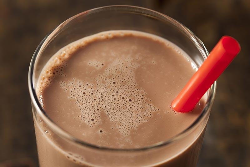 رژیم غذایی شکم شش تکه,غذاهای چربی سوز سریع,chocolate-milk-glass-chocolate-milk-diet شیرکاکائو