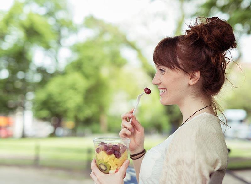 از بین بردن سریع نفخ شکم,woman-snacking