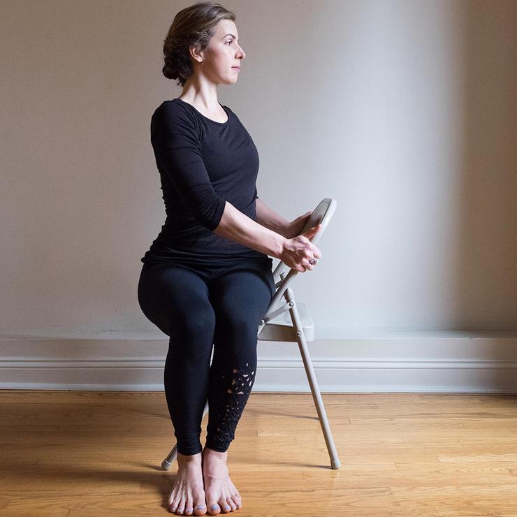 تمرین تقویت عضلات گردن,ورزش کاهش گردن درد,چرخش ستون فقرات به صورت نشسته