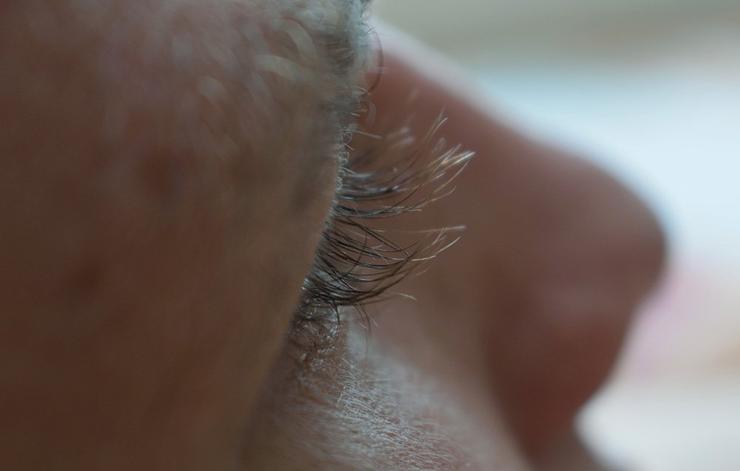 عادت های مضر برای چشم,کندن مژه ها