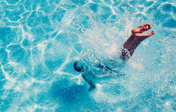 عادت های مضر برای چشم,شنا بدون عینک