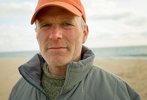 getty rm photo of man wearing cap on beach نمایش تصویری ضایعات پوستی پیش سرطانی و سرطان پوست سلامت