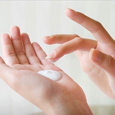 hands-lotion-استفاده از لوسیون دست