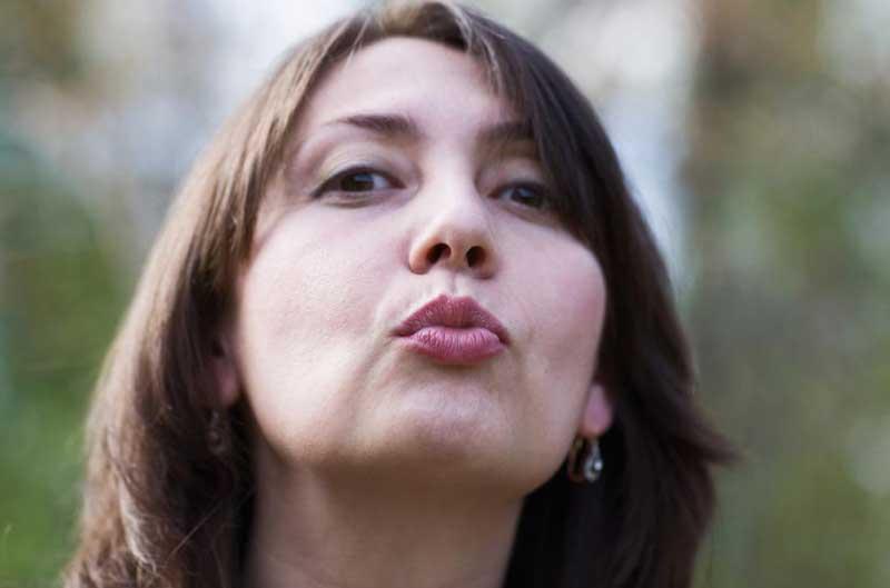 تمرین درمان غبغب woman-kissing-the-air