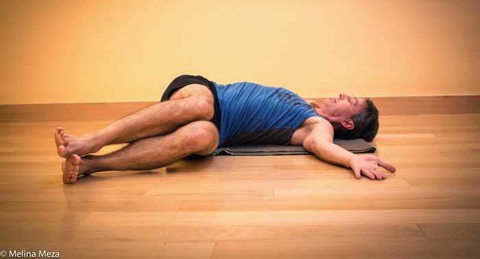 Reclined Twist ورزش های تقویت عضله کمر و تمرینات کششی کمردرد سلامت