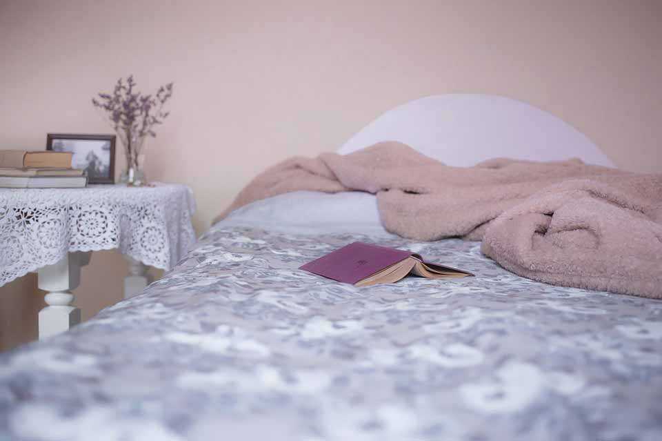 خواندن کتاب مورد علاقه تان بهترین گزینه برای قبل از خواب است.