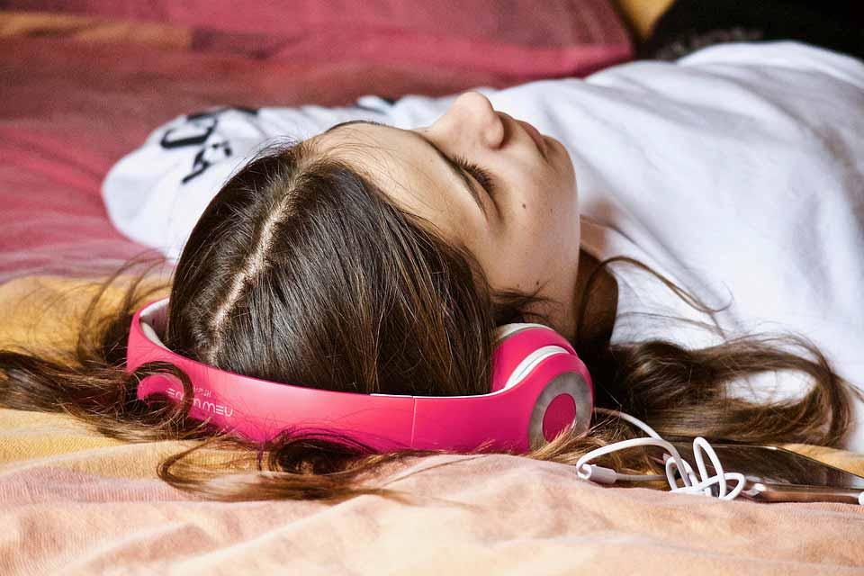 به یک موسیقی آرام بخش گوش دهید