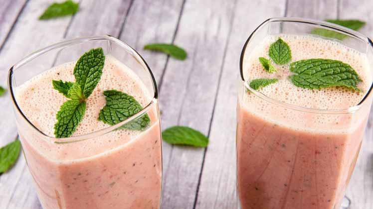تقویت بدن با آب توت فرنگی و انبه