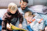 کودک و پدر مشغول خواندن