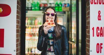 دختر در حال پیتزا خوردن